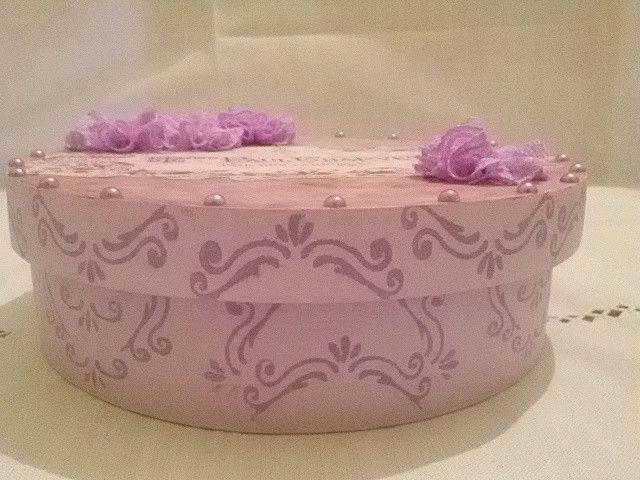 Caixa redonda vintage lilás claro, interna lilás escuro, com detalhes em pérolas lilás e flores em renda.