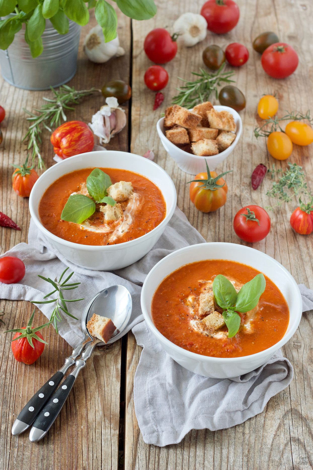 Tomatensuppe aus frischen Tomaten - Rezept - Sweets & Lifestyle® Tomatensuppe Rezept - Sommerliche Tomatensuppe mit frischen Tomaten aus dem Garten . // tomato soup recipe - make your own homemadetomato soup with this easy and delicious recipe. // Sweets & Lifestyle®️️