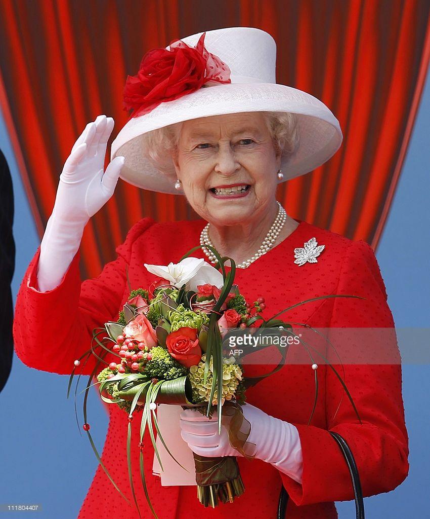 Queen Elizabeth Ii Waves To Some Of The Thousands Of Canadian Who Her Majesty The Queen Royal Queen Queen Elizabeth [ 1024 x 850 Pixel ]