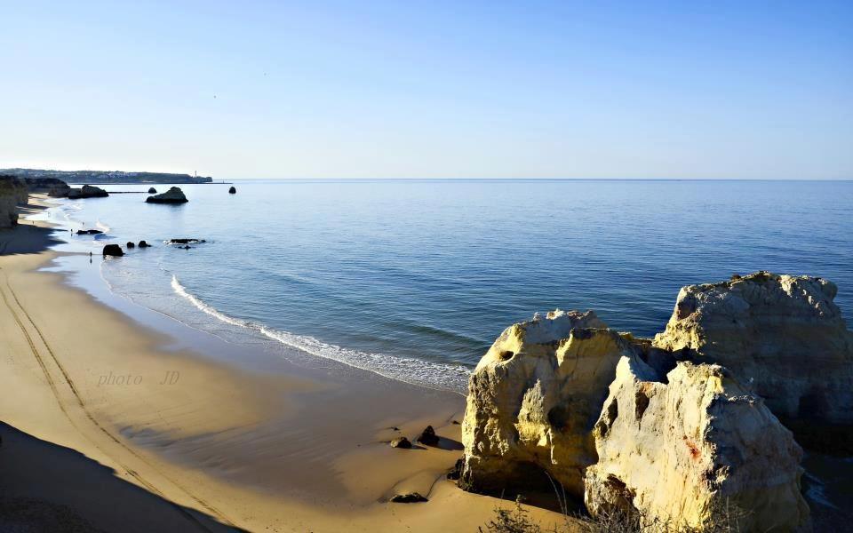 AlgarveLovers: PRAIA DOS TRÊS CASTELOS  Praia localizada junto à praia da Rocha, também conhecida como praia do Branquinho. É igualmente cosmopolita e turística, de areal plano e águas claras. No cimo da falésia existe um miradouro a oferecer belas vistas. f: JD Ptm