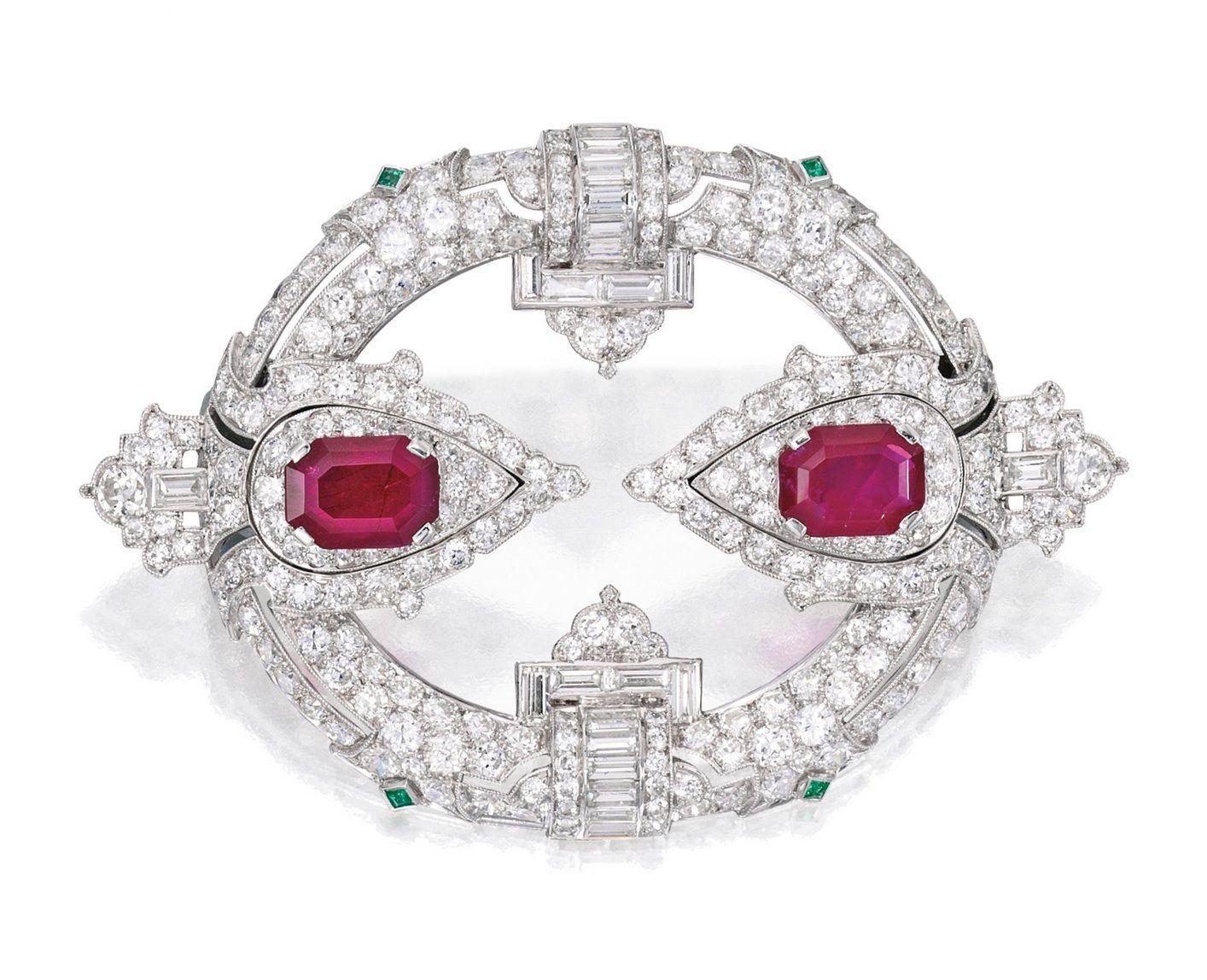 PLATINUM, rubí, esmeralda y diamantes broche, CHARLTON & CO