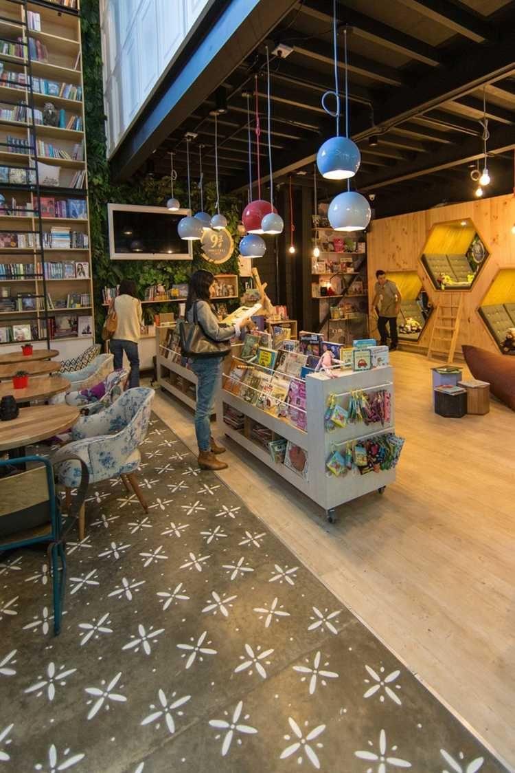 Der Bücherladen besitzt verschiebbare Bücherregale   ambiente ...