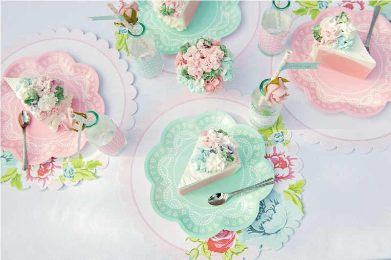 Paper plates with scalloped placemats or doilies table setting Shabby Chic Dollhouse \u0026 Paperdoll party & cookware in flower shape - Buscar con Google   Diseño work ...