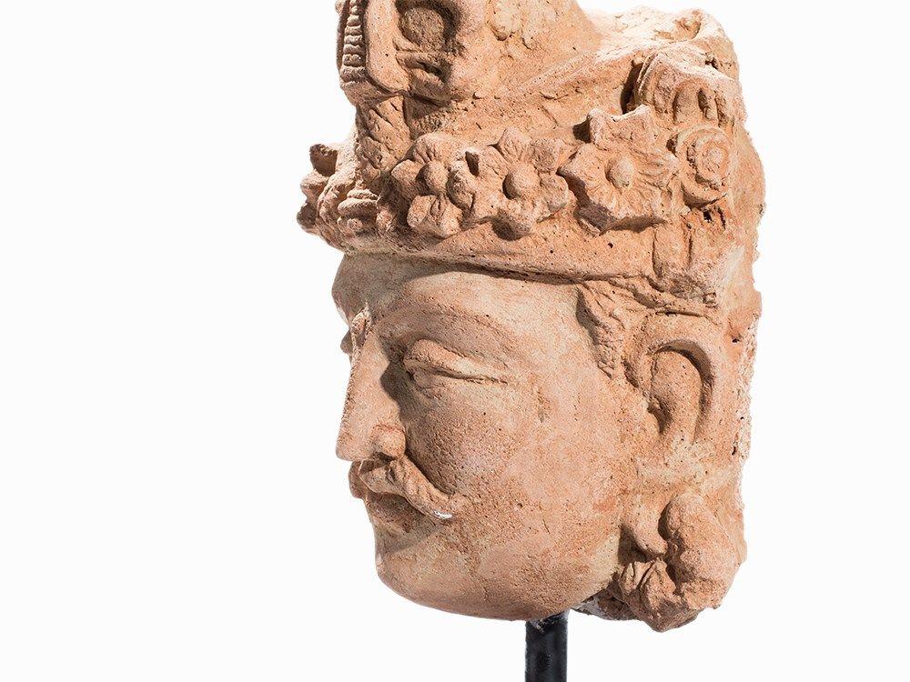 Bouddha du futur Terracotta Head of Buddha Maitreya, Gandhara, 2nd/3rd C. Height: 34 cm Collection Amory