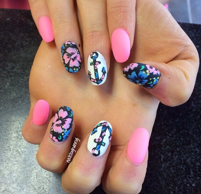 Love this floral by @nailsbyhenryl