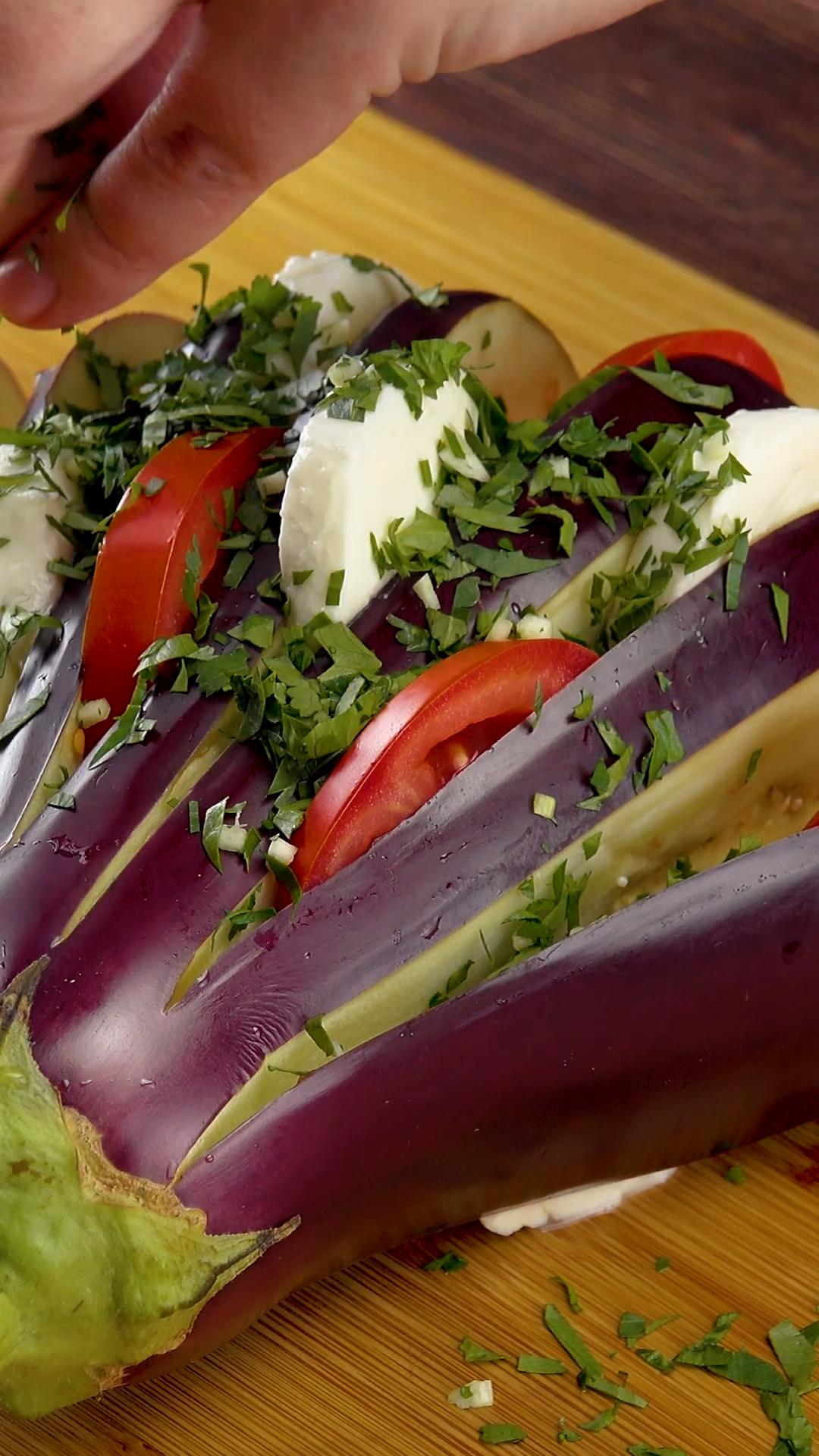 Köstliche Rezepte mit Aubergine - gefüllt mit Gemüse, Tomaten, Käse und Kräutern, Schinken oder viel Knoblauch und im Backofen zubereitet. Schnell, einfach und gesund - zum Mittagessen, Abendessen oder als Feierabendküche. #Rezept #Aubergine