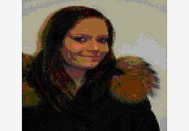 27-Apr-2013 18:01 - KIND VERMIST VANAF 26 APR: JONEY KREMER. Joney is bij een begeleidster van de instelling waar zij verbleef weggerend.  Zij heeft een slank postuur, bruin lang haar, en was op het moment van haar verdwijning gekleed in een camouflage(leger)broek, een zwarte jas (tot heuphoogte) met capuchon met bontje, paarse gympen, mogelijk een rood T-shirt, en een zwarte schoudertas met opdruk. In deze tas zaten zwarte schoenen met hakken en extra kleding. Verder heeft zij een...