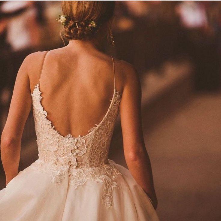 Wir lieben diese wunderschöne Rückansicht von Castigliano-Braut Lois in ihrem Tertia-Kleid. # …