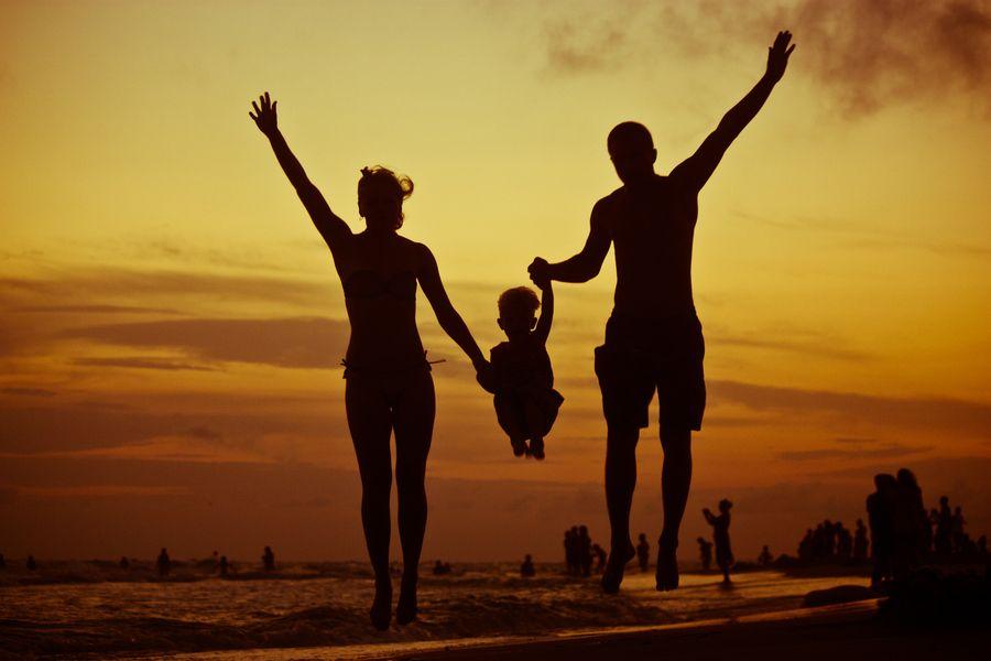 старался картинки мама папа сын и дочь из за спины тем