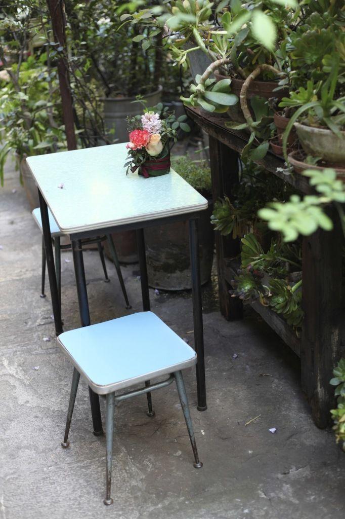 Déjeuner sous une glycine… | Jardin bleu, Tabouret et Ciel