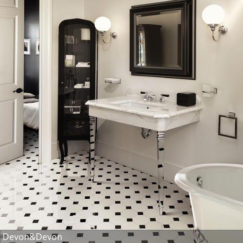Elegant Klassisch, Aber Außergewöhnlich Ist Dieses Badezimmer Gestaltet. Das  Farbkonzept Schwarz Weiß Wurde Konsequent Verfolgt. Vor Allem Die  Transparenten Beine ...