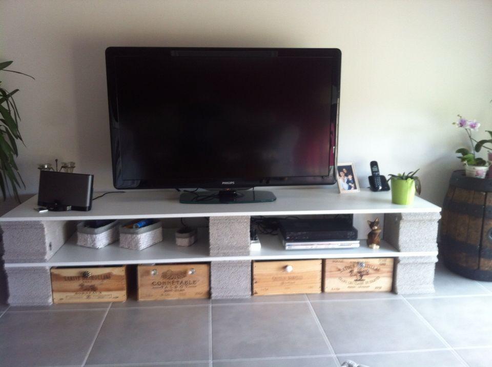 Planches parpaings caisses de vin boutons for Meuble tv en coin