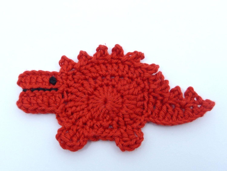 Crochetar Applique Vermelho do Dinossauro do Stegosaurus -  /   Crochet Applique Red Stegosaurus Dinosaur -