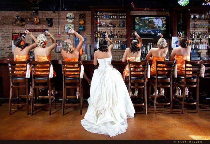 novia junto a sus damas de honor bebiendo en una barra