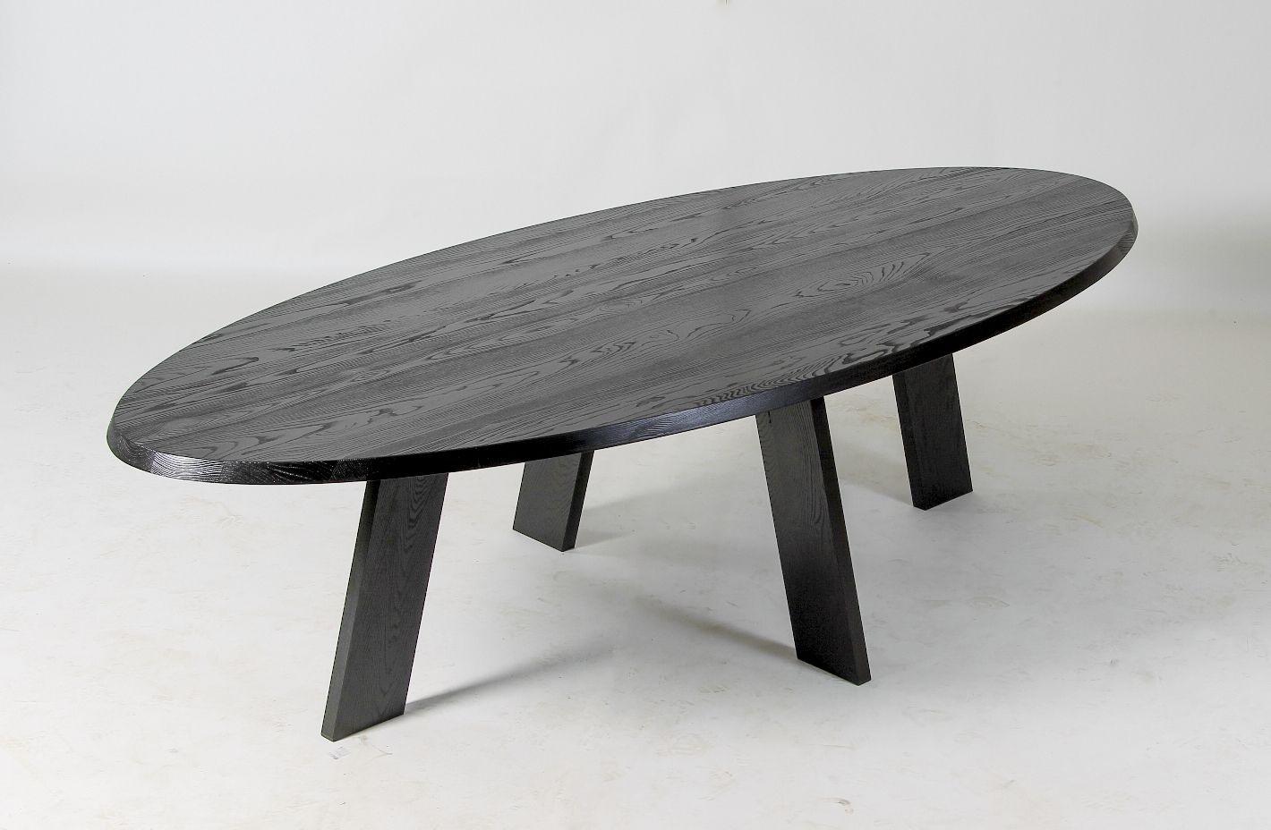 Zwart gelakte ovale tom tom tafel het essen komt van for Ovale tafel