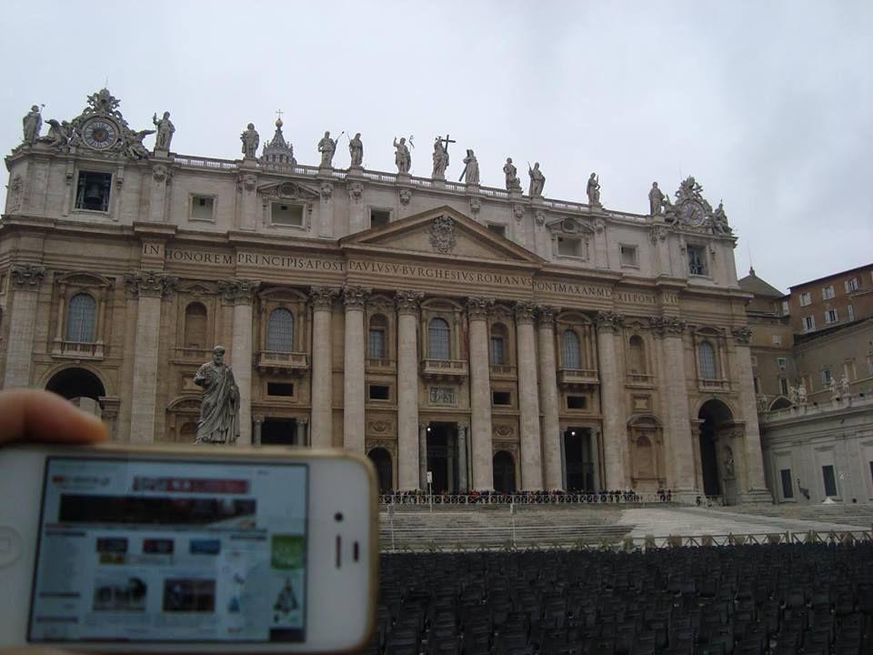 Η Βασιλική του Αγίου Πέτρου βρίσκεται στο Βατικανό και είναι χτισμένη πάνω από το σημείο ταφής του Αποστόλου Πέτρου.   Μπορεί να χωρέσει 60.000 άτομα ενώ με την συνολική έκταση ολόκληρου του αρχιτεκτονικού συγκροτήματος αποτελεί και μία από τις μεγαλύτερες εκκλησίες του κόσμου.  Πραγματικά συναρπάζει τον επισκέπτη αλλά και τη φίλη Νικόλ που βρέθηκε στη Ρώμη και φυσικά μας θυμήθηκε!