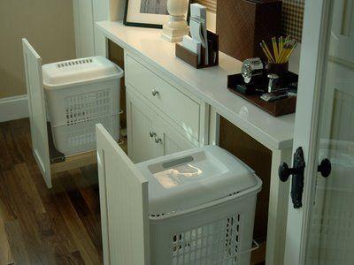 Guarde o cesto de roupas em um uma divisão do armário com trilhos. Na hora de lavar as roupas é só levar o cesto, que não fica aparente no dia-a-dia.