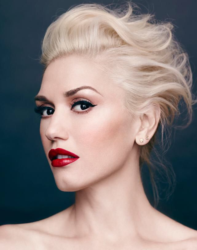 Gwen Stefani S Signature Platinum Blonde Hair And Red Lip Are Always Gorgeous Celebrity Short Hair Platinum Blonde Hair Hair Pale Skin