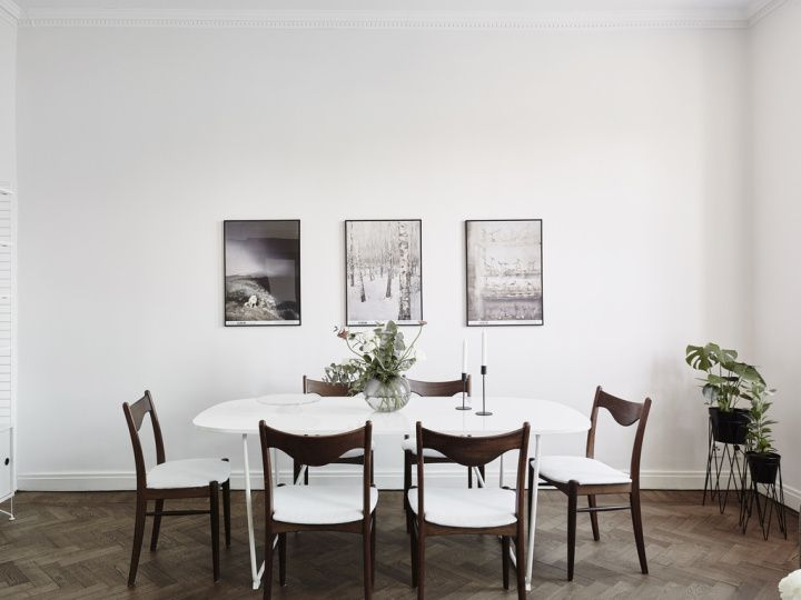 Madera oscura, paredes blancas y contraventanas Living rooms - decoracion con madera en paredes