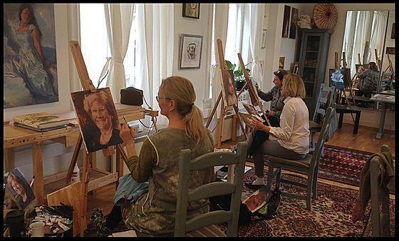 Vi tilbyr kurs i tegning og maleri i tilegg til innramming og kunstutstillinger.