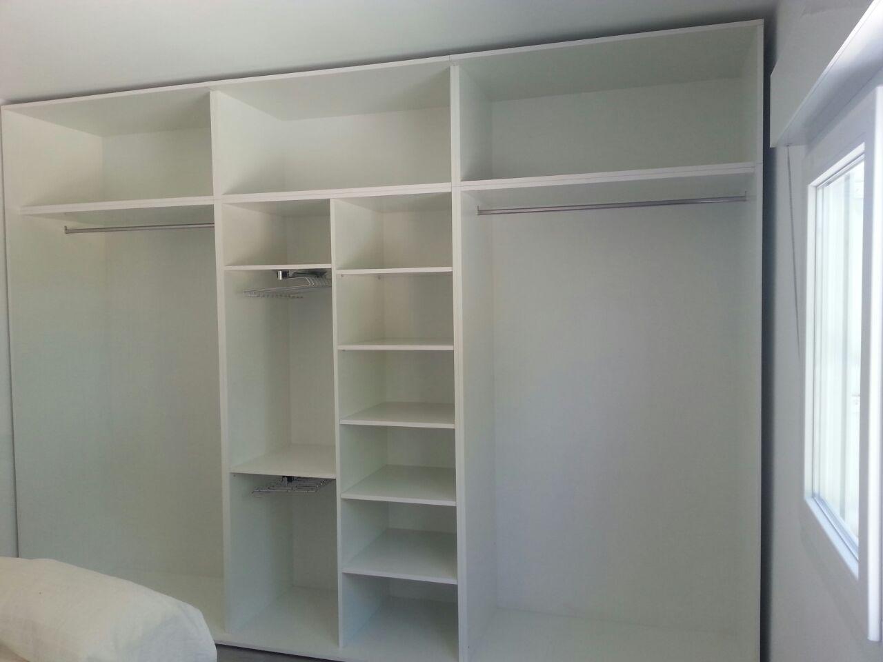 Forrado armario empotrado en blanco interiores de for Papel para forrar armarios empotrados