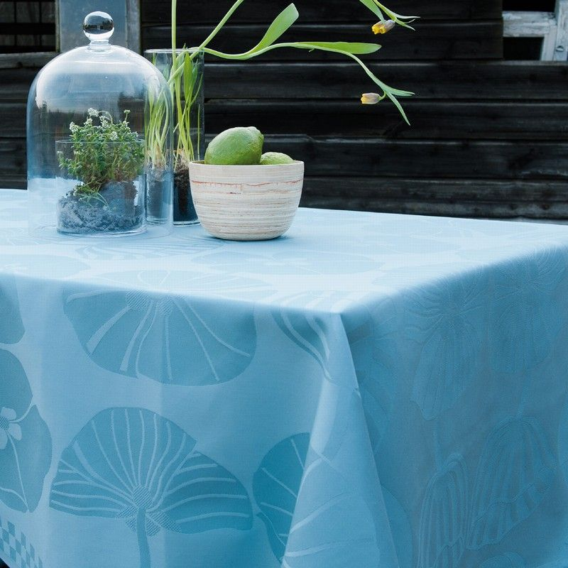 This makes it ideal both for outdoor use, and for families with children who would like a beautiful tablecloth on the table without having to wash it after every use