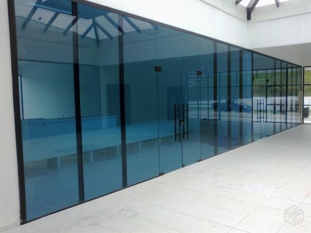Divisórias de vidro.
