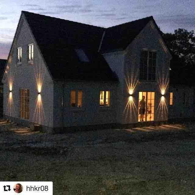 Wow!! For et hus  Fantastisk flott hjemme hos @hhkr08 med fine canto #utelamper #lightupno #belysning  Jeg ærger mig lidt over jeg ikke har været ude at beskue mit hus i mørke før nu. Det er jo SÅ smukt! Så skidt med vi ingen have har! #drømmehus #sommernat #havehavesikke #nordlux #kfsboligbyg #drømmen #derstårenmand #elskermanden