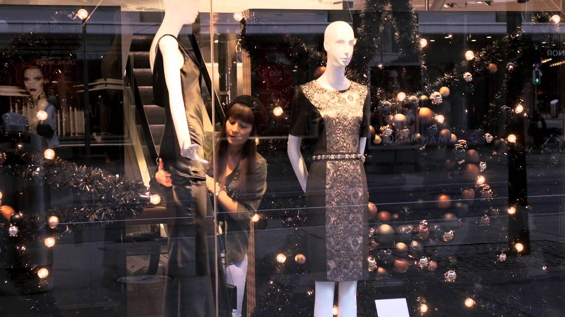 Les décorations de Noël ornant la Bahnhofstrasse brillent de mille feux. Dans les vitrines de cinq boutiques de mode, des mannequins spéciaux sont exposés. I...