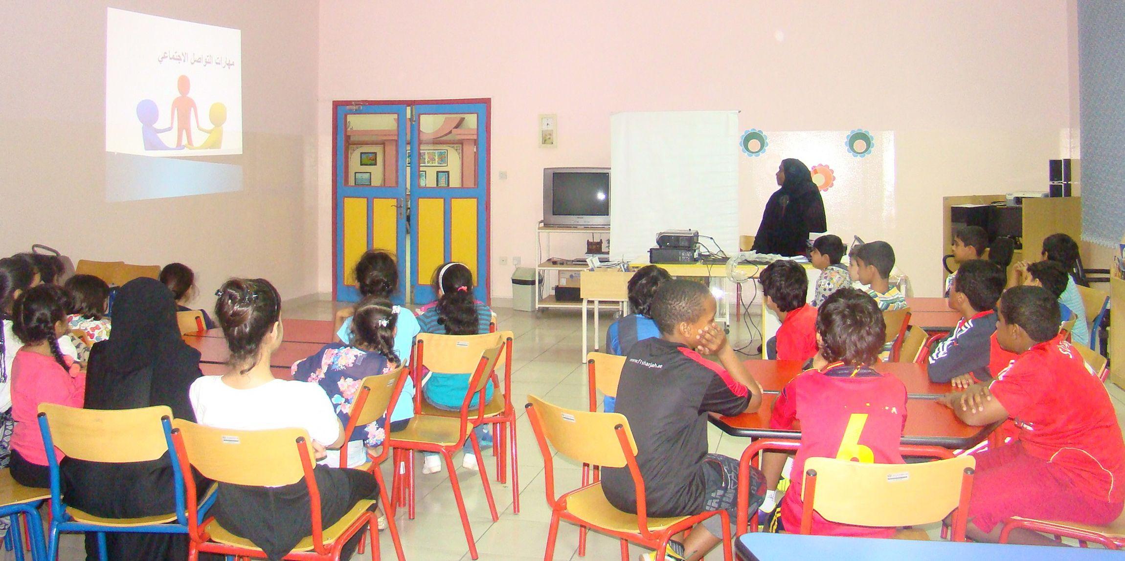 مهارات التواصل مع الآخرين في مراكز الأطفال نظمت إدارة مراكز الأطفال بالشارقة التابعة للمجلس الأعلى لشؤون الأسرة ضمن برنامج صحة وعافية خلال شهر يناير الجاري عد