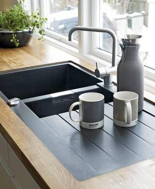 GÅR i SVART Oppvaskkummen er svart og passer fint til tapet og