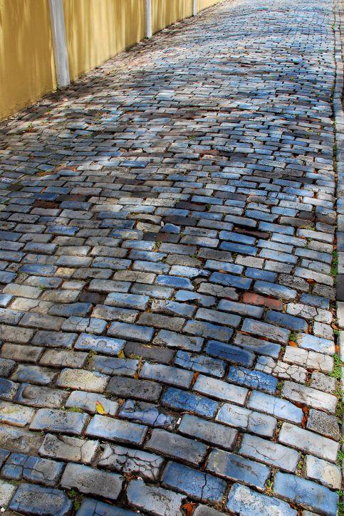 Adoquines originales que ornan las calles del viejo san for Azulejos y pavimentos san juan