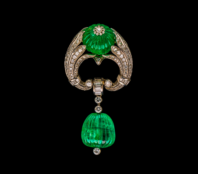 Art Deco clip-brooch, Austrian, circa 1937. Platinum, white gold, emeralds, and diamonds. Gift of the heirs of Bettina Looram de Rothschild.