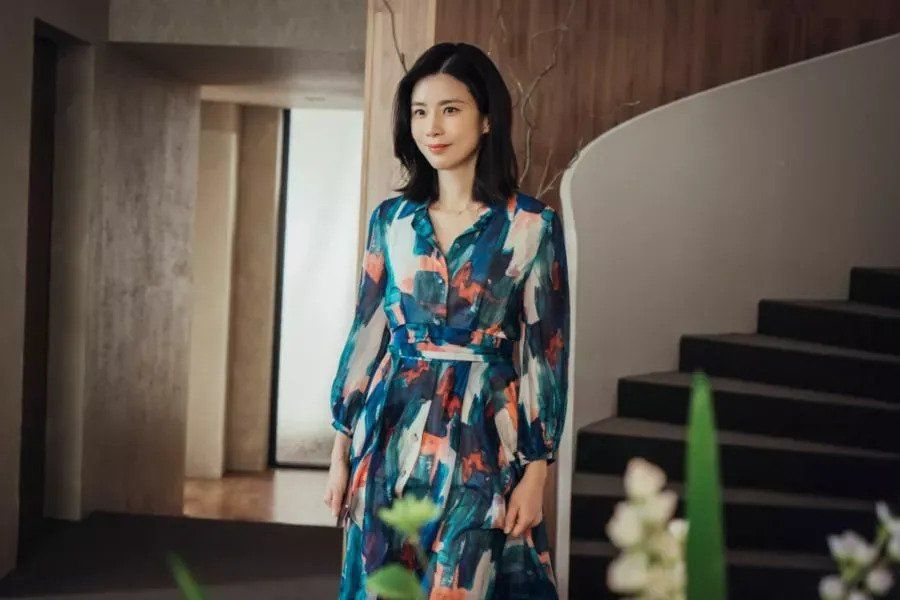 Lee Bo Young Shows Her Sophisticated Side In Upcoming tvN Drama