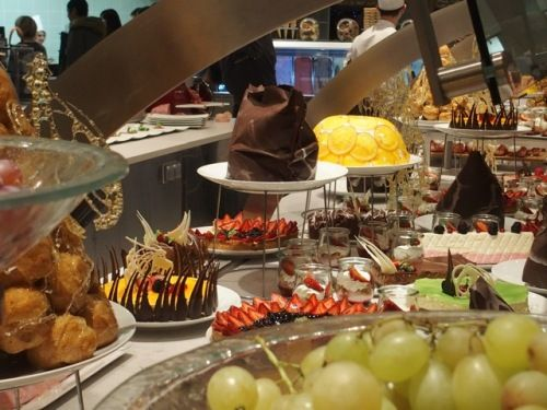 Nice buffet while skiing in 3 vallées. Pamplemousse matkat, club med finland.