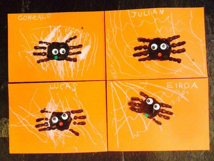 Arañas con dactilopintura. Los trazos de la la tela de araña, se han trabajado previamente con ellos, favoreciendo la grafomotricidad en los niños de 3 años.