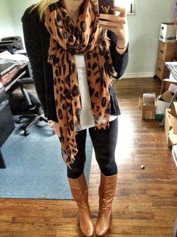 Calzas negras, cardigan negro, polera blanca, pañuelo leopardo y botas camel
