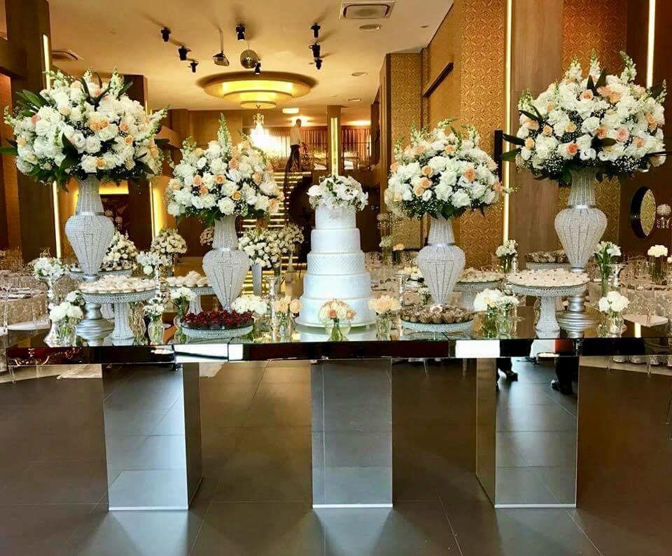 Mesa Do Bolo Espelho Com Arranjos Brancos E Champanhe Delicado