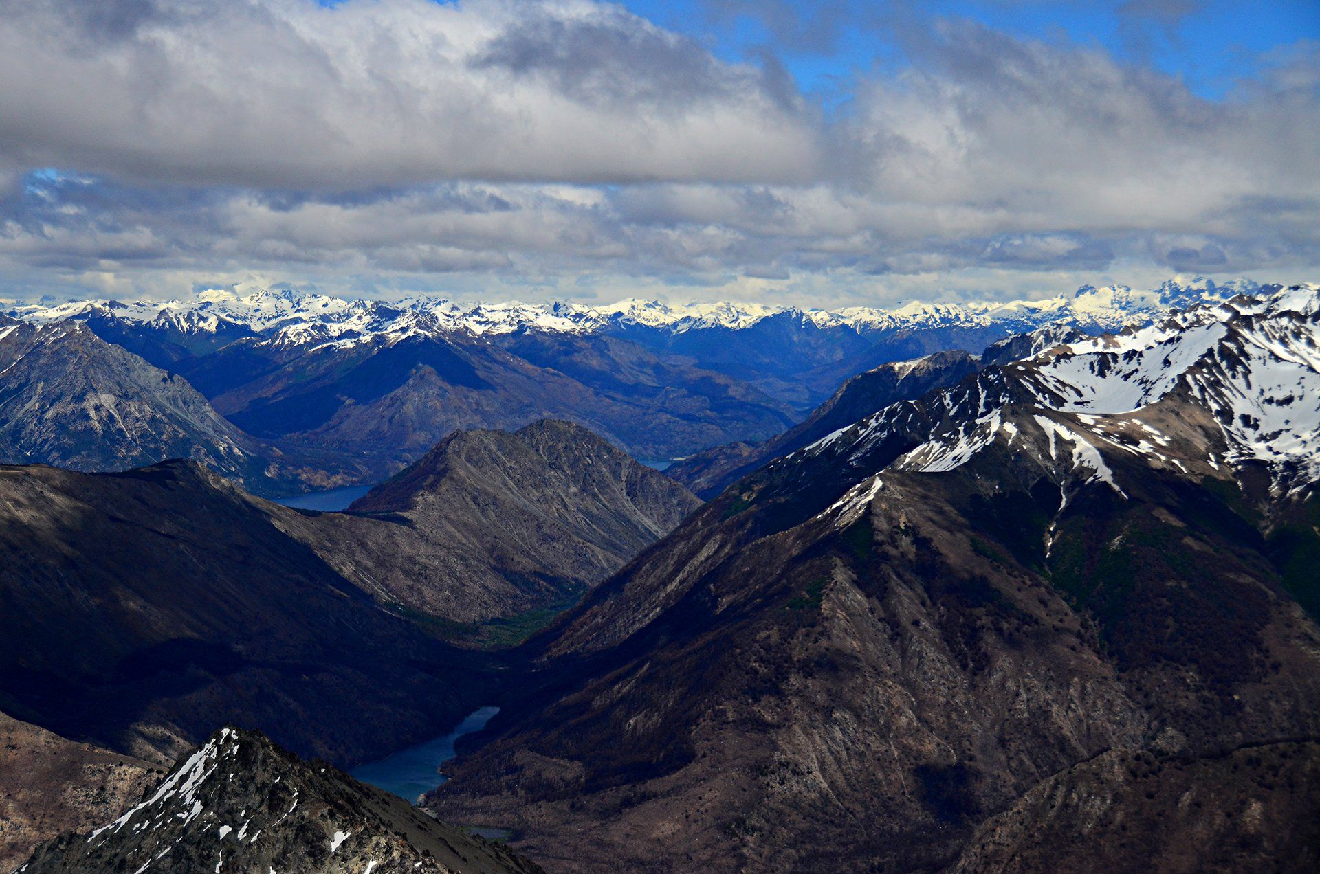 La Cordillera de los Andes se impone con sus picos afilados y cubiertos de nieve.