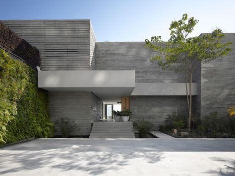 Maison neuve avec vue sur lu0027eau à lu0027architecture inspirée des années