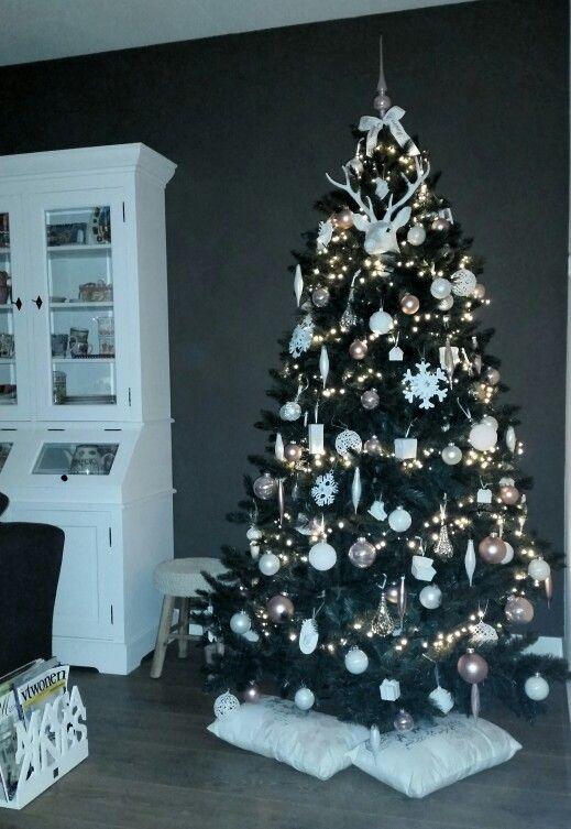 Kerstboom In Een Landelijk Interieur Veel Witte Decoratie Met Wat Zacht Roze Landelijke Kerstbomen Kerstboom Versierde Kerstbomen
