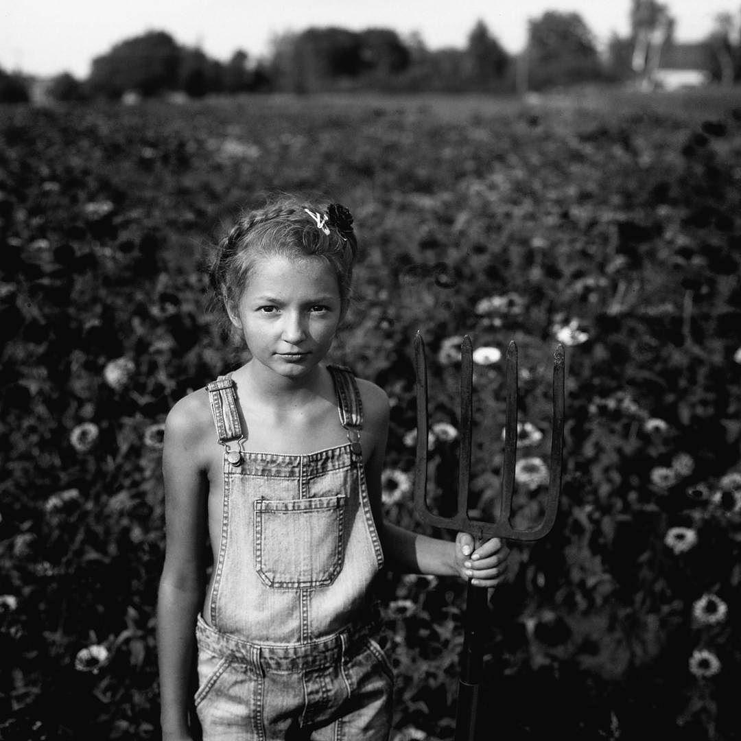 Socrealism... #igerswroclaw #igerswrocław #igerseurope #igerspoland #igerspolska #igers #instagram #instagramers #wrocław #wroclaw #wroclove #wroclovers #breslau #child #dziecko #kiev #blackandwhite #blackandwhitephotography #bw #traditionalphotography #portret #portrait  #film #fuji #fujifilm