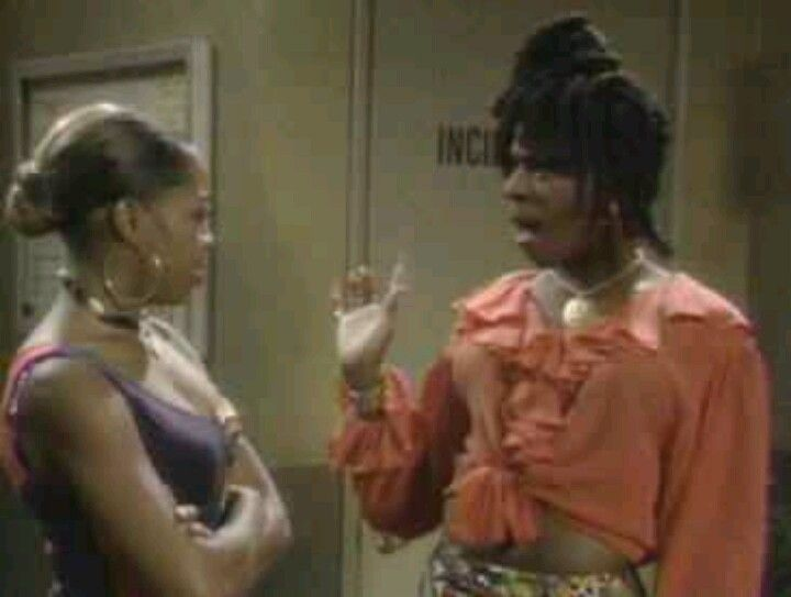 MARTIN LAWRENCE TV SHOW. SHENENEH AND PAM IN THE HALLWAY