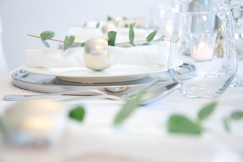Dekoration i hochzeit i silber i weiß i tulpen i glas i hortensien i