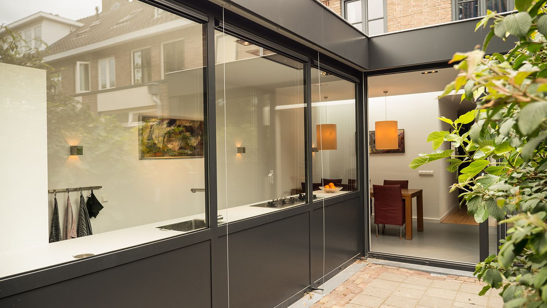 Aanbouw Open Keuken : Aanbouw met moderne keuken zicht vanuit tuin lamel open