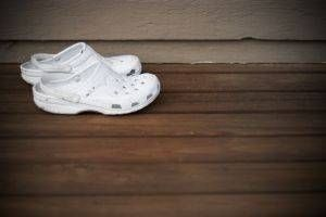 How To Clean Crocs Shoes Ehow Crocs Shoes Clean Shoes How To Clean White Shoes