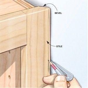 Fazer uma quina a 45 graus para que a moldura do móvel encaixe mais fácil na parede.
