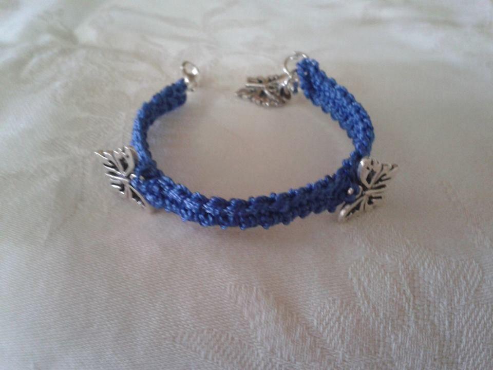 bracciale blu con farfalle
