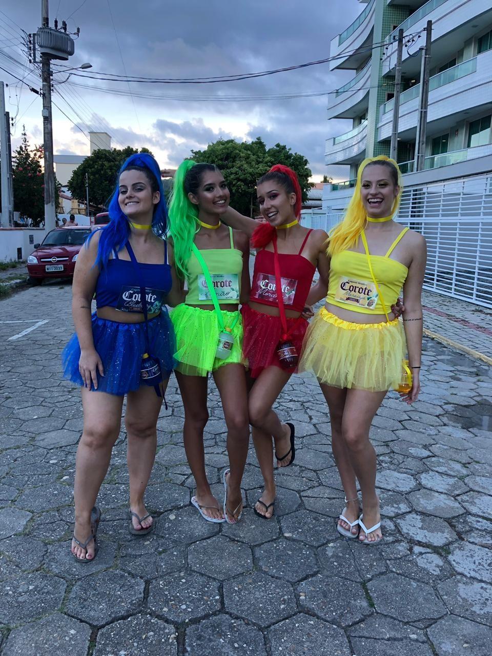 #fantasia #carnaval #amigas #corote #colorida # ...