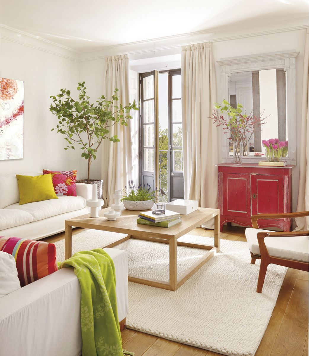 1 sal n con toques rojos y verdes alfombra mesa de for Cortinas verdes salon